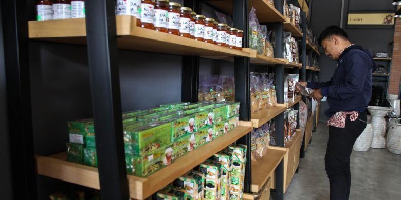 Selain kerajinan, Galeri Menong menawarkan makanan khas Purwakarta, seperti semprong, simping, hingga sate maranggi. Semua kerajinan dan makanan itu sangat memperhatikan packaging untuk meningkatkan minat pembeli.