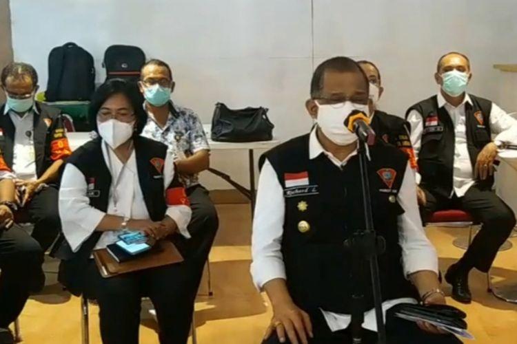 Wali Kota Ambon, Richard Louhenapessy saat memberikan keterangan pers kepada waratwan di Kantor Wali Kota Ambon, Kamis (22/10/2020)