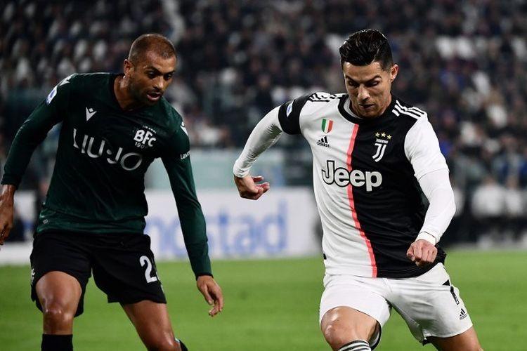 Danilo membayang-bayangi Cristiano Ronaldo pada laga Juventus vs Bologna dalam lanjutan Liga Italia di Stadion Allianz, 19 Oktober 2019.