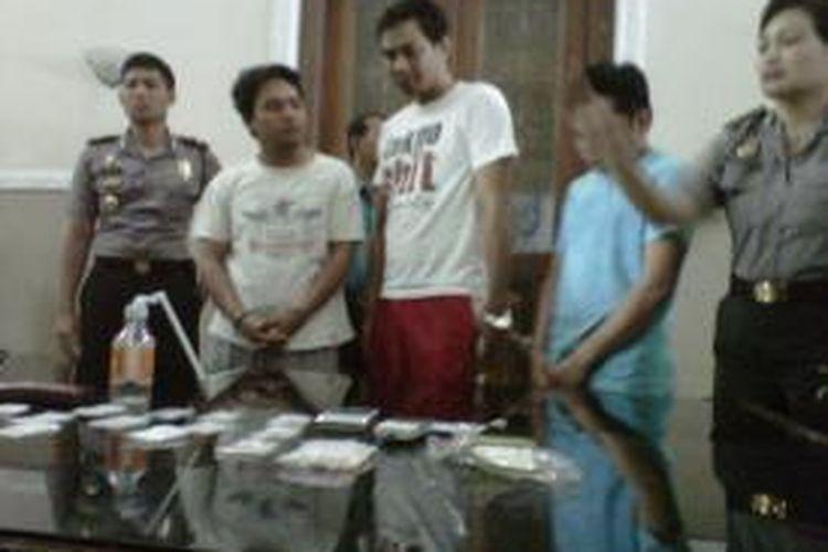 Ketiga tersangka kasus narkoba diamankan di Polsek Laweyan Solo, Rabu (31/7/2013).