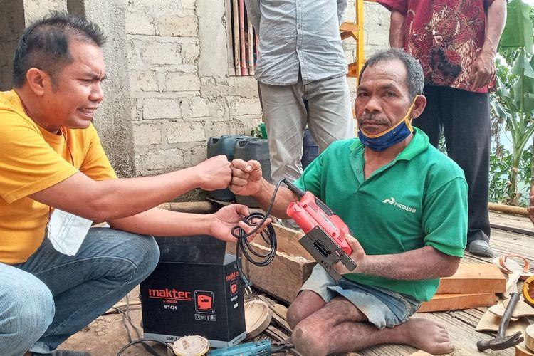 Siprianus Dua Dawa (49) seorang difabel mendapatkan bantuan alat mesin ukir dari orang baik dari Jakarta untuk mendukung usaha kerajinan tangan di Kampung Wodong, Desa Goreng Meni Utara, Kecamatan Lambaleda, Kabupaten Manggarai Timur, NTT, Kamis, (27/5/2021). (KOMPAS.com/MARKUS MAKUR)