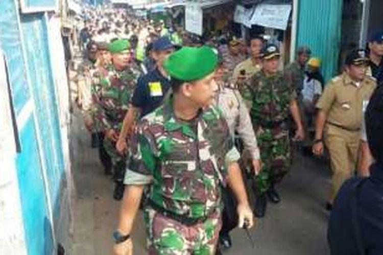 Aparat gabungan dari Satpol PP, Polri, dan TNI diterjunkan untuk melakukan sosialisasi penertiban kawasan Kalijodo, Minggu (14/2/2016).