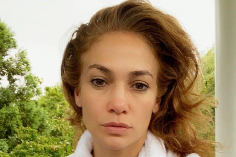 Jennifer Lopez mengunggah foto diri di pagi hari.