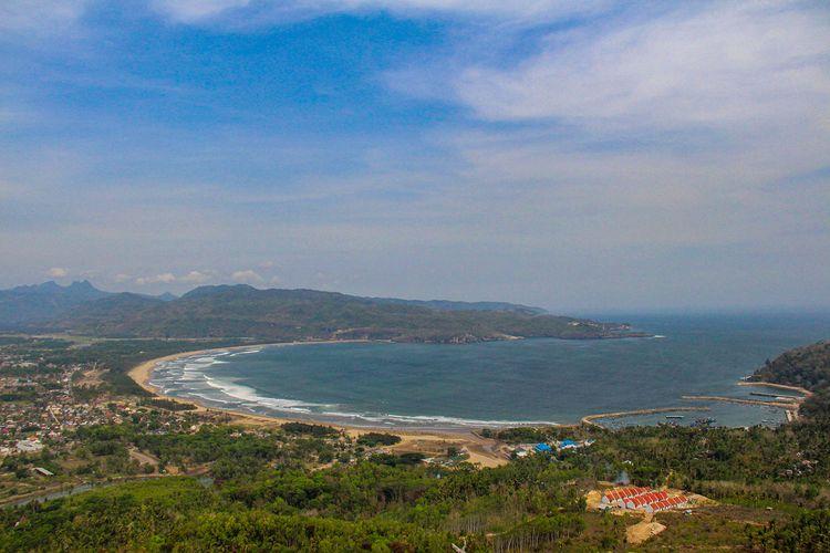 Teluk Pacitan dilihat dari wisata Sentono Gentong.