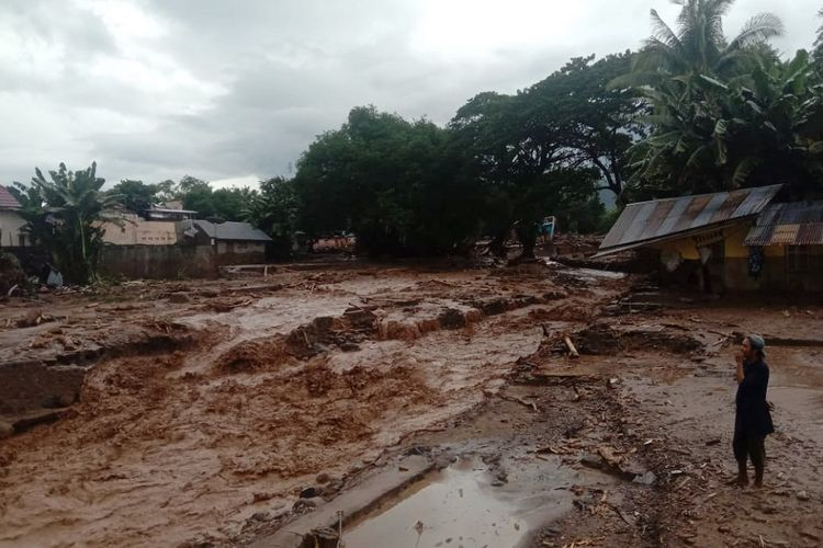 A resident witnessed flash floods that damaged settlements in Waiburak Village, East Adonara District, East Flores, NTT, Sunday, April 4.