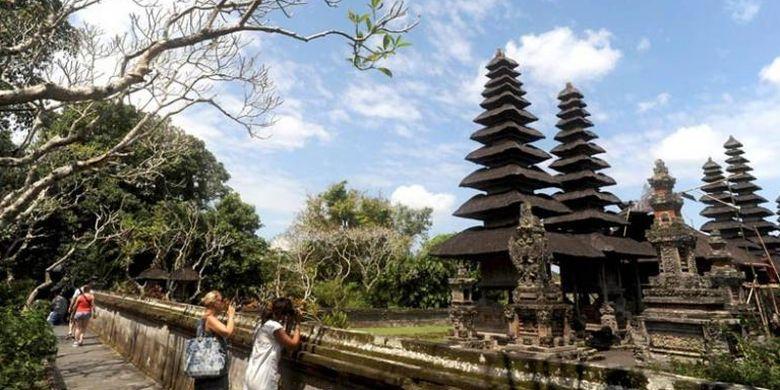 Turis asing mengabadikan keindahan Pura Taman Ayun di Mengwi, Kabupaten Badung, Bali, Senin (15/8/2016). Wisata ke Bali kini dapat dilakukan siapa pun dengan biaya terjangkau.