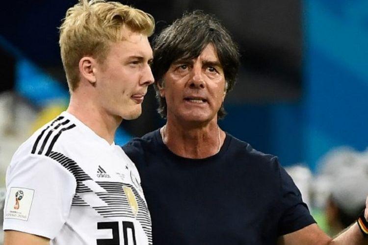 Julian Brandt mendengarkan masukan dari pelatih Joachim Loew jelang masuk sebagai pemain pengganti pada laga Jerman vs Swedia di Sochi, 23 Juni 2018.