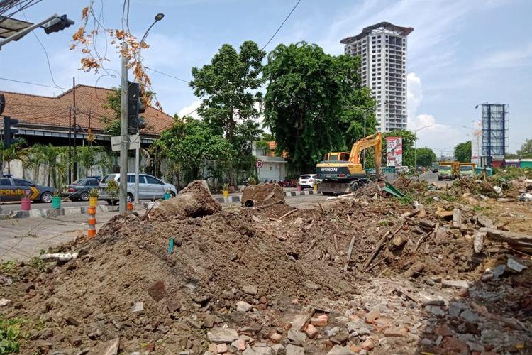 Puluhan stan di Pasar Keputran Selatan, Surabaya, Jawa Timur, rata dengan tanah usai dibongkar menggunakan alat berat oleh petugas Satpol PP Kota Surabaya, Kamis (14/11/2019).