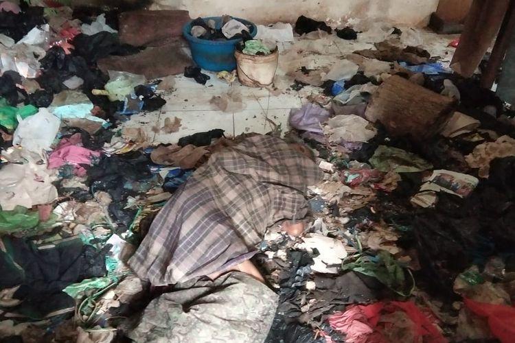 Kondisi nenek Ginem saat ditemukan dalam kondisi sakit wasir, nenek Ginem tinggal sebatang kara di rumah yang dipenuhi sampah dan menjadi rumah tikus dan kecoa (Danramil)