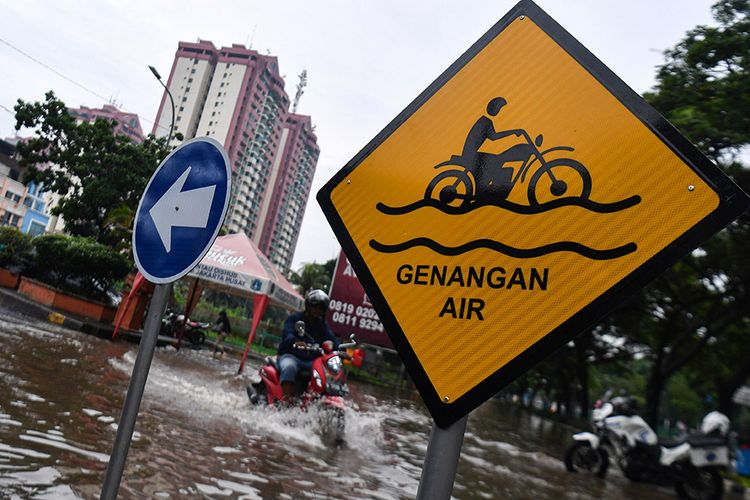 Pengendara motor melintasi banjir di Jalan Letjen Suprapto, Jakarta Pusat, Sabtu (8/2/2020). Hujan deras yang mengguyur Jakarta sejak Sabtu (8/2) dini hari membuat sejumlah kawasan di Ibu Kota terendam banjir.