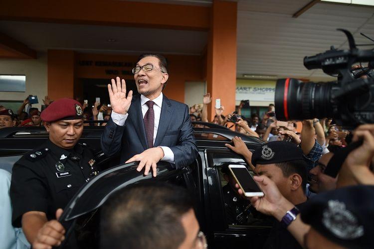 Mantan pemimpin oposisi Malaysia, Anwar Ibrahim disambut pendukung dan para jurnalis saat meninggalkan RS Rehabilitasi Cheras, Kuala Lumpur, Rabu (16/5/2018).