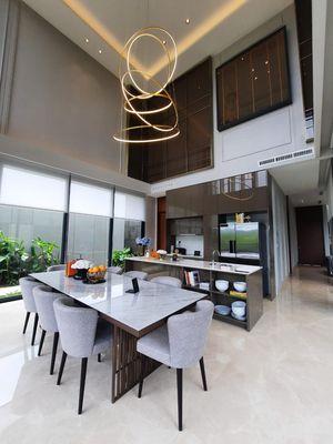 Ruang makan yang dirancang tanka sekat, menuetu dengan dapur.