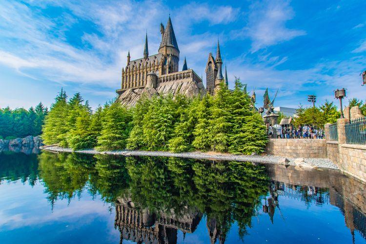 Ilustrasi Kastil Hogwarts di The Wizarding World of Harry Potter Universal Studios Japan.
