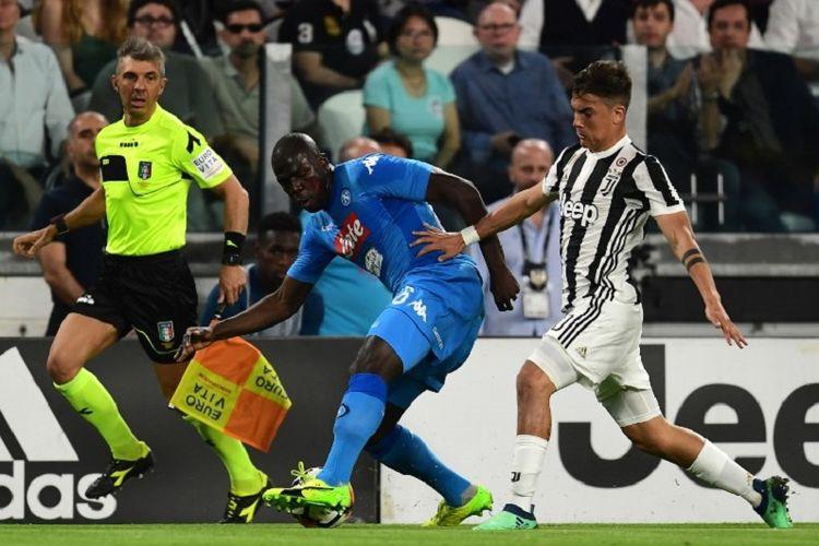 Bek Napoli, Kalidou Koulibaly, mencoba menjaga bola dari kejaran penyerang Juventus, Paulo Dybala, pada pertandingan Serie A di Stadion Allianz, Minggu (22/4/2018).