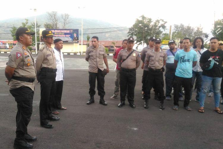 Anggota Kepolisian Flores Timur mengamankan pelaku, Kamis (6/6/2019).