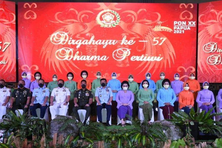 Panglima TNI beserta pimpinan TNI menghadiri pacara puncak HUT ke-57 Dharma Pertiwi di Gedung Suharnoko Harbani, Markas Besar Angkatan Udara (Mabesau), Cilangkap, Jakarta Timur, Kamis, (15/4/2021).