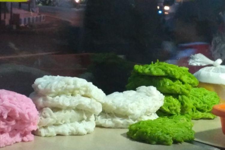 Kue Patola hanya bisa ditemukan di Banyuwangi selama bulan ramadhan. Kue yang berbahan dasar tepung beras ini disajikan bersama santan dan gula merah cair.