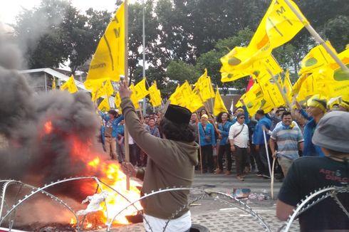 Massa Beratribut PMII Bakar Ban di Depan Gedung KPK, Asap ke Arah Orator