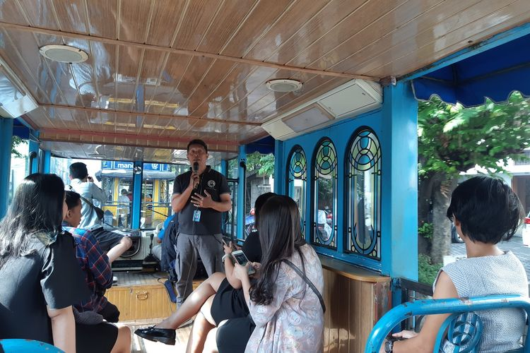 Pengujung berwisata dengan bus Bandros
