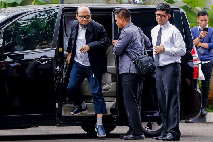 Penyidik KPK Novel Baswedan (kiri) didampingi oleh Wakil Ketua KPK Laode Muhammad Syarif, tiba di gedung KPK, Jakarta, Kamis (22/2/2018). Novel kembali ke Indonesia setelah sepuluh bulan menjalani operasi dan perawatan mata di Singapura akibat penyerangan air keras terhadap dirinya.