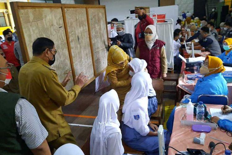 Wali Kota Tasikmalaya Muhammad Yusuf, saat meninjau pelaksanaan vaksinasi massal.pelajar di SMAN 1 Tasikmalaya, Senin (13/9/2021).