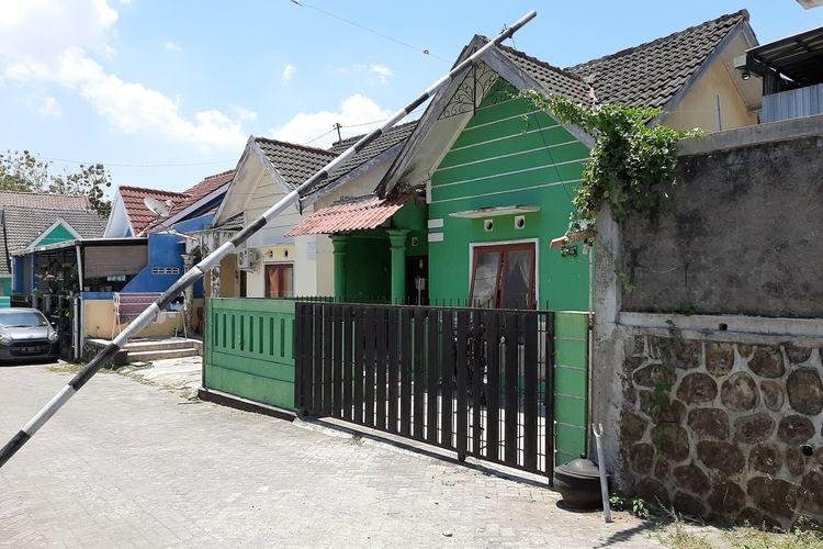 Rumah kontrakan yang ditinggali BY (31) di Dusun Dusun Cepor, Desa Sendangtirto, Kecamatan Berbah Kabupaten Sleman tampak sepi. Rumah kontrakan ini  Kamis (01/10/2020) pagi digeledah oleh Densus 88 Mabes Polri.