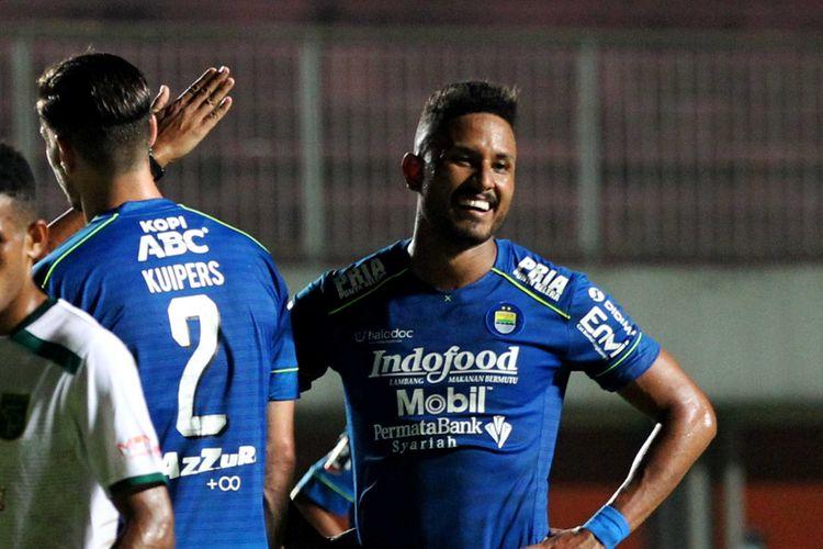 Pemain Persib Bandung Wander Luiz mencetak satu gol dan mendapatkan kartu merah saat laga melawan Persebaya Surabaya pada babak 8 besar Piala Menpora 2021 yang berakhir dengan skor 3-2 di Stadion Maguwoharjo Sleman, Minggu (11/04/2021) malam.