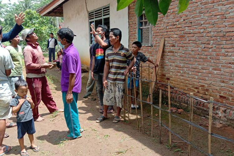 Lokasi batu yang diduga meteorit di belakang rumah warga di Lampung Tengah. (FOTO: Dok. Warga)