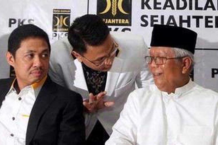 Presiden PKS M Anis Matta (kiri) berbincang dengan  Ketua Majelis Syuro PKS Hilmi Aminuddin (kanan), dan kader PKS saat menghadiri konferensi pers pengangkatan Presiden Baru PKS, di Kantor DPP PKS, Jakarta, Jumat (1/2/2013). TRIBUNNEWS/DANY PERMANA