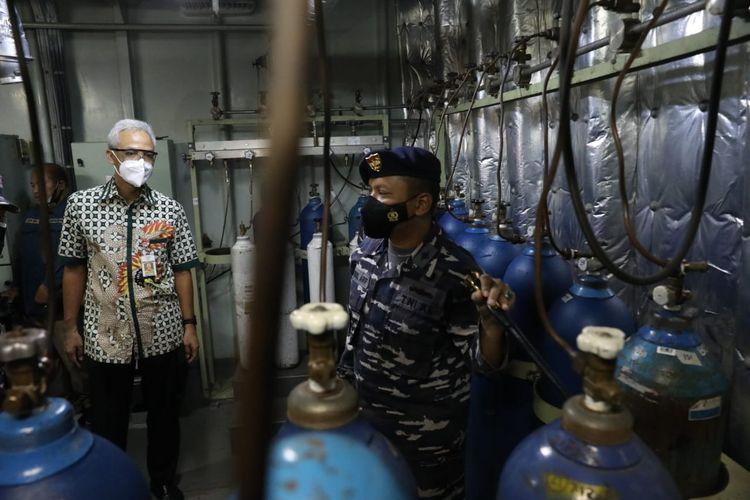 Gubernur Ganjar Pranowo melihat proses KRI Dr Soeharso memproduksi oksigen sampai proses pengisian tabung di Dermaga Pelabuhan Tanjung Emas, Semarang, Rabu (28/7/2021).