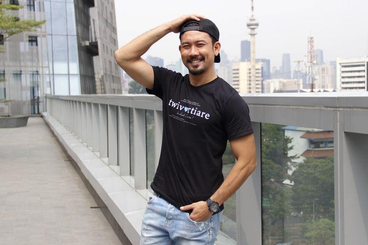 Denny Sumargo berkunjung ke redaksi Kompas.com untuk promo film Twivortiare di Menara Kompas, Palmerah Selatan, Jakarta Pusat, Rabu (28/8/2019).