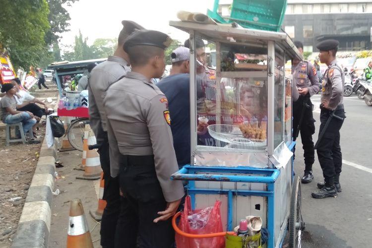 Pedagang cilok goreng yang berjualan depan gedung KPK selama aksi demo berlangsung. Terlihat banyak petugas polisi yang membeli makanan tersebut, Selasa (17/9/2019)
