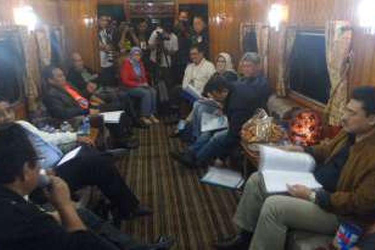 Plt Gubernur DKI Sumarsono bersama sejumlah Pimpinan SKPD di DKI Jakarta mengadakan rapat pimpinan d kereta wisata, Jumat (13/1/2017)