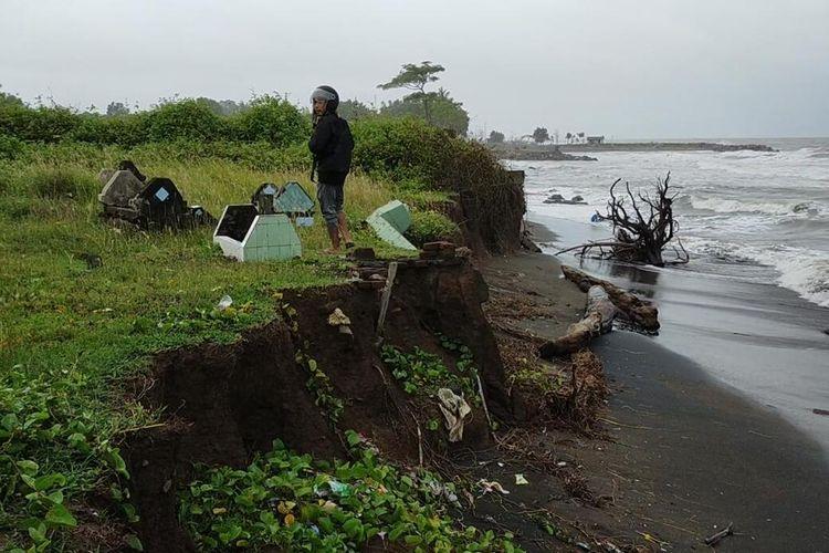 Puluhan kuburan di tiga kawasan Tempat Pemakaman Umum (TPU) di pesisir Pantai Galesong, Kabupaten Takalar, Sulawesi Selatan hilang akibat abrasi.