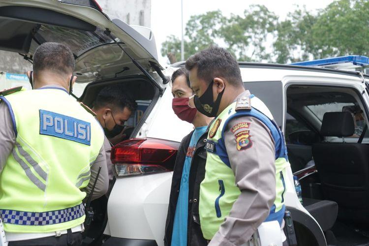 DN (kaus biru) saat diamankan polisi. Pengendara sepeda motor ini tepergok membawa sabu-sabu. (FOTO: Dok. Satlantas Polresta Bandar Lampung)