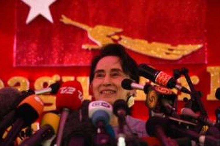 Aung San Suu Kyi dalam jumpa pers hari Kamis (5/11)