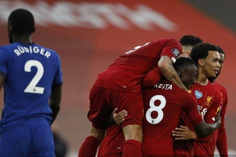 Naby Keita (8) merayakan gol bersama rekan-rekannya dalam pertandingan Liverpool vs Chelsea di Stadion Anfield, Kamis (23/7/2020) dini hari WIB.