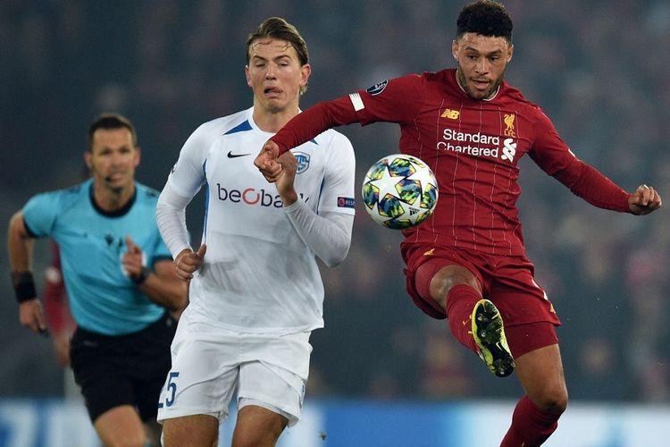 Alex Oxlade-Chamberlain memenangi perebutan bola dengan Sander Berge pada pertandingan Liverpool vs Genk dalam lanjutan Liga Champions di Stadion Anfield, 5 November 2019.