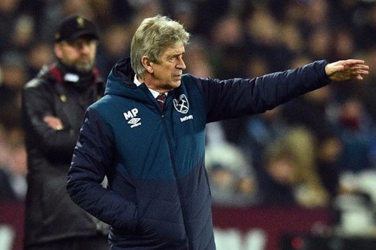 Manuel Pellegrini memberi instruksi kepada anak-anak asuhnya pada pertandingan West Ham United vs Liverpool di Stadion London, 4 Februari 2019.