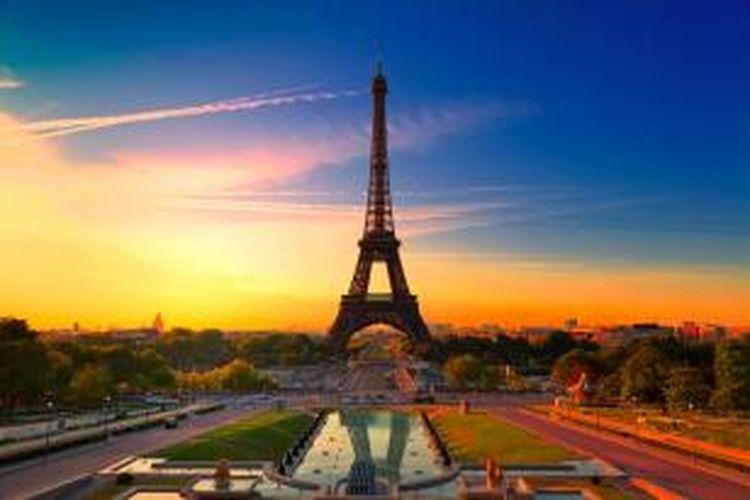 Matahari terbit di Menara Eiffel, Paris, Perancis.