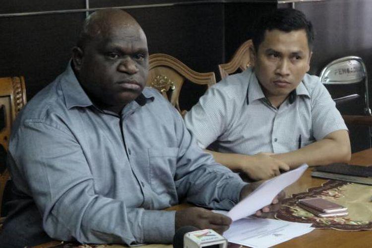 Komisioner Komnas HAM Natalius Pigai saat memberikan keterangan terkait kerusuhan Tanjungbalai, di kantor Komnas HAM, Menteng, Jakarta Pusat, Kamis (11/8/2016).