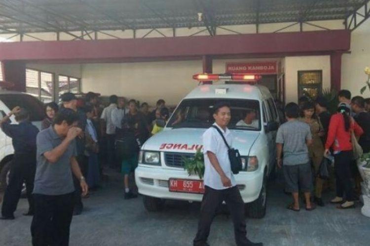 Jenazah DA, siswi SMP yanng ditemukan tewas dengan luka penuh luka lebam dan memar, saat dibawa ke rumah sakit.