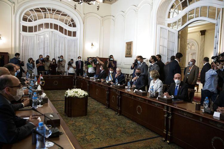 Menteri Luar Negeri Israel Gabi Ashkenazi, ketiga kanan, dengan Menteri Luar Negeri Mesir Sameh Shoukry (tidak ditunjukkan), bertemu untuk membicarakan gencatan senjata yang rapuh antara Israel dan kelompok militan Hamas di Istana Tahrir di Kairo, Mesir, Minggu, Mei 30, 2021. (Foto AP / Nariman El-Mofty)