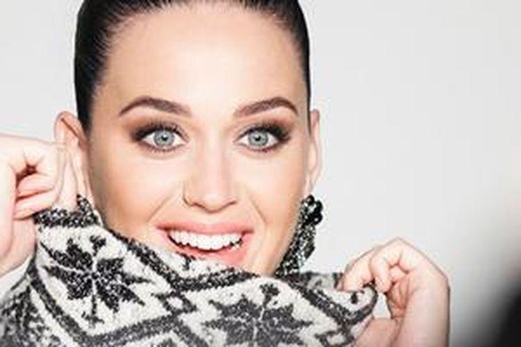 Foto terbaru Katy Perry yang mengenakan busana hangat Fair Isle koleksi H&M.