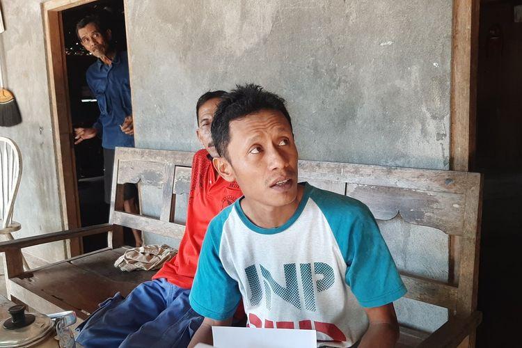 Suratno (Baju biru di Pintu), dan anaknya Zubaidi (menunjukkan tagihan listrik) di Kalurahan Bleberan Kapanewon Playen, Gunungkidul Jumat (27/11/2020)