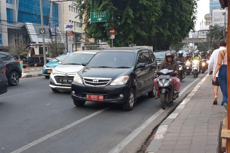 Jalur sepeda di Tomang Raya masih dipadati kendaraan bermotor pada Senin (25/11/2019)
