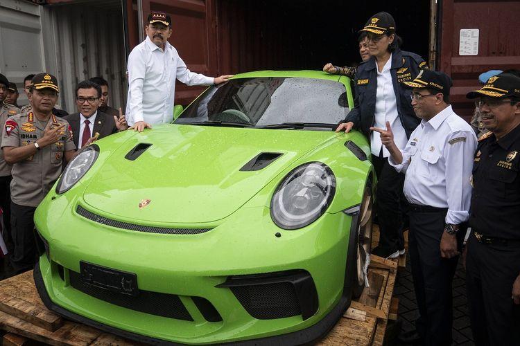 Menteri Keuangan Sri Mulyani Indrawati (ketiga kanan) didampingi Jaksa Agung Sanitiar Burhanuddin (ketiga kiri), Menteri Perhubungan Budi Karya Sumadi (kedua kanan), Kapolri Jenderal Pol Idham Azis (kiri) dan Dirjen Bea dan Cukai Heru Pambudi (kanan) saat meninjau mobil dan motor mewah selundupan di Terminal Peti Kemas Tanjung Priok, Jakarta, Selasa (17/12/2019). Sepanjang tahun 2016 hingga 2019 sebanyak 19 unit mobil mewah dan 35 unit motor (rangka dan mesin motor) mewah berbagai merek telah diamankan oleh Bea Cukai Tanjung Priok dengan perkiraan total nilai barang mencapai kurang lebih Rp21 miliar dan potensi kerugian negara mencapai kurang lebih Rp48 miliar. ANTARA FOTO/Dhemas Reviyanto/aww. *** Local Caption ***