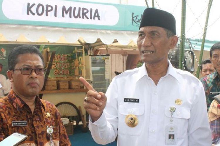 Bupati Kudus Muhammad Tamzil saat mengunjungi stan Kopi Muria pada pameran yang digelar di Balai Jagong.