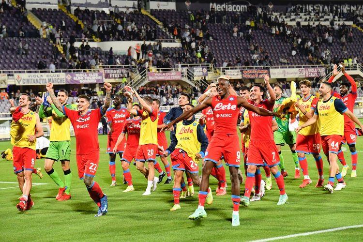 Napoli melanjutkan tren kemenangan usai menaklukkan Fiorentina di Stadion Artemio Franchi, Minggu (3/10/2021) malam WIB.