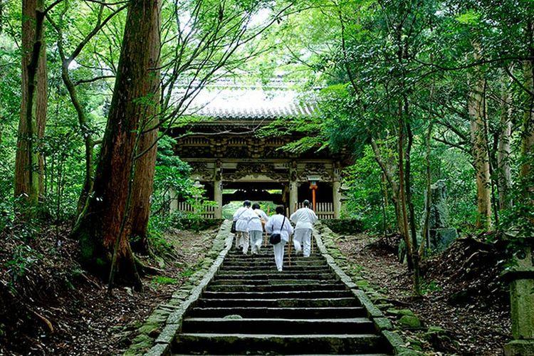 Peziarah di salah satu kuil yang berada di Pulau Shikoku.